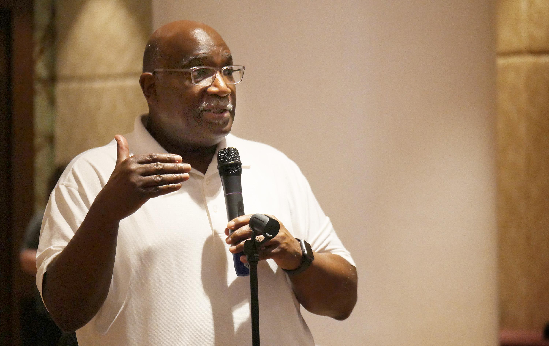 El Obispo Gregory V. Palmer de la Conferencia Anbual del Oeste de Ohio, quien presidió el subcomité el Plan Integral de África, se dirige al Comité de Asuntos Permanente de la Conferencia Central durante su reunión en Manila. Foto por Heather Hahn, SMUN.