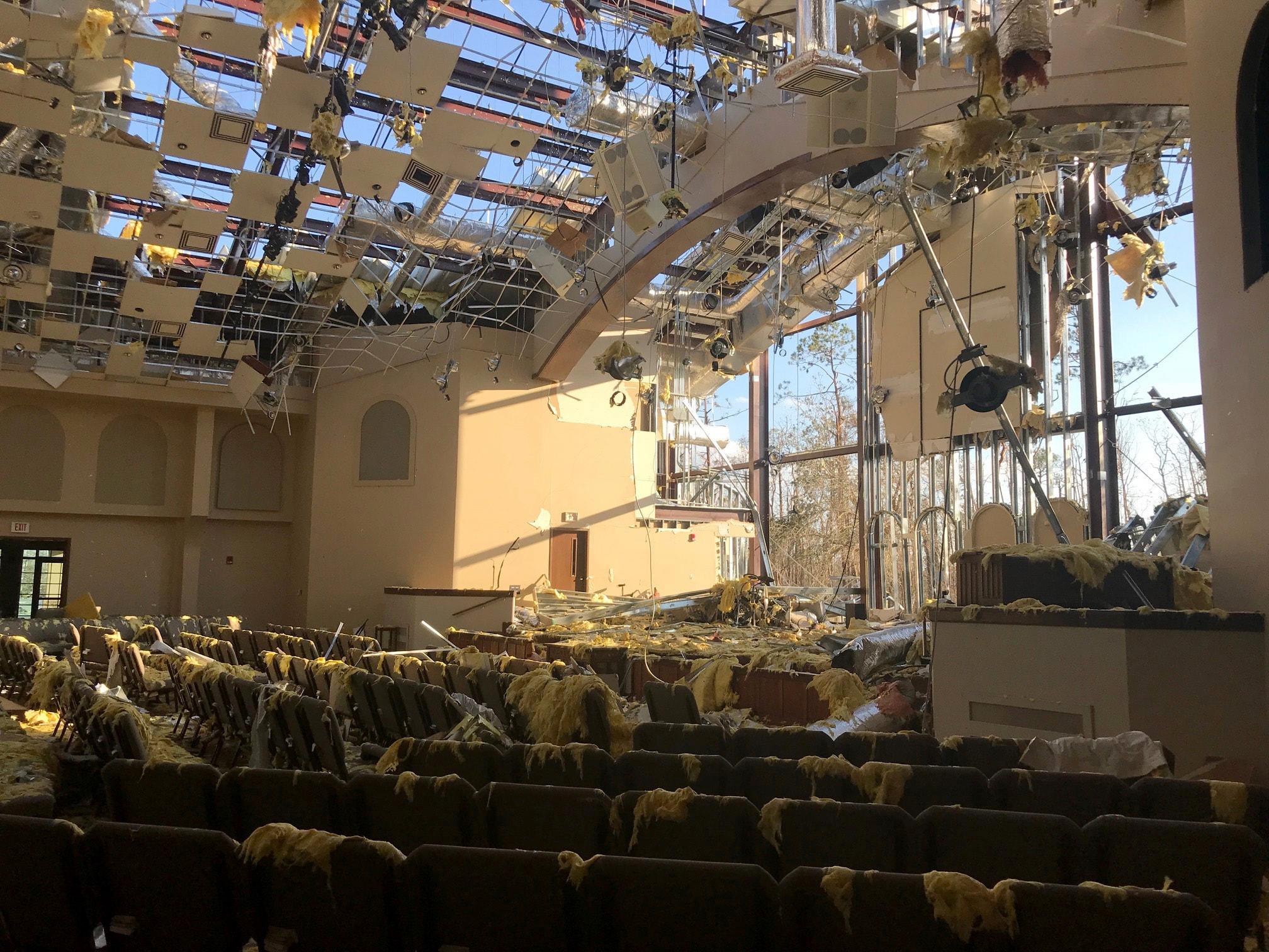 El santuario de la Iglesia Metodista Unida de Lynn Haven en la ciudad de Panamá, estado de Florida, quedó a cielo abierto tras el huracán Michael en octubre de 2018. La asignación del Comité Metodista Unido de Auxilio (UMCOR) a la Conferencia Anual Alabama - Oeste de  Florida para la recuperación de huracanes, es de $ 27,6 millones aprobado por la agencia de socorro para la respuesta a desastres, el desarrollo sostenible, la migración global y el apoyo de Salud Global Foto de archivo cortesía de la Iglesia Metodista Unida Lynn Haven.