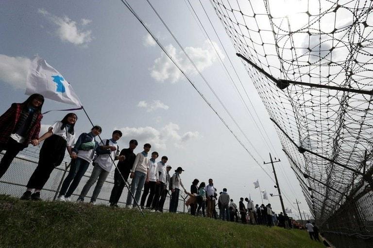 임진각 근처 비무장 지대에서 인간 사슬에 참여한 학생 그룹. 사진 제공: 한국기독교교회협의회(NCCK)