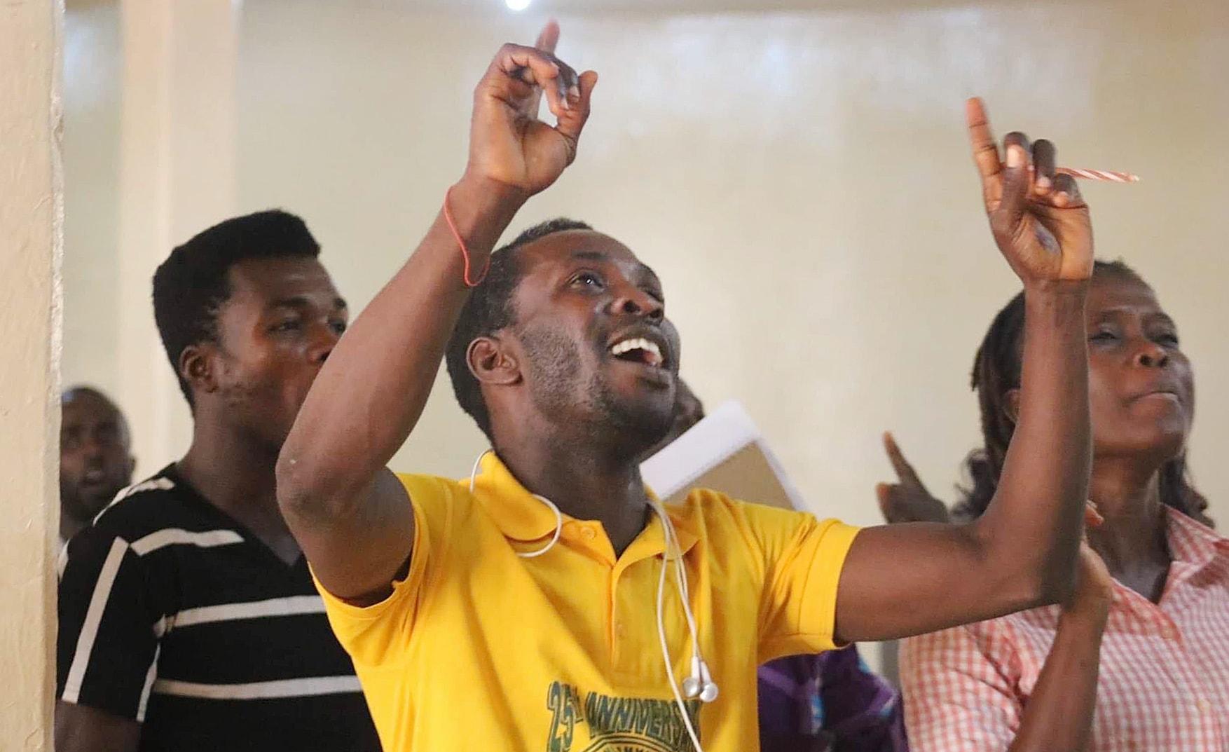 """Los/as jóvenes cantan durante el """"Foro La Próxima Generación"""" en la ciudad de Monrovia capital de Liberia. El evento del 22 de abril se centró en el futuro de los/as jóvenes en la iglesia. Foto por E Julu Swen, Noticias MU"""