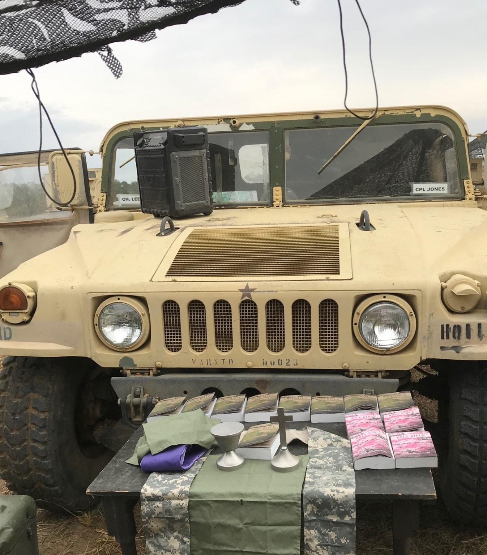 훈련 현장에서는 군용트럭을 사용해서 제단을 세우고, 예배를 드린다.  사진 제공 이두수 목사.