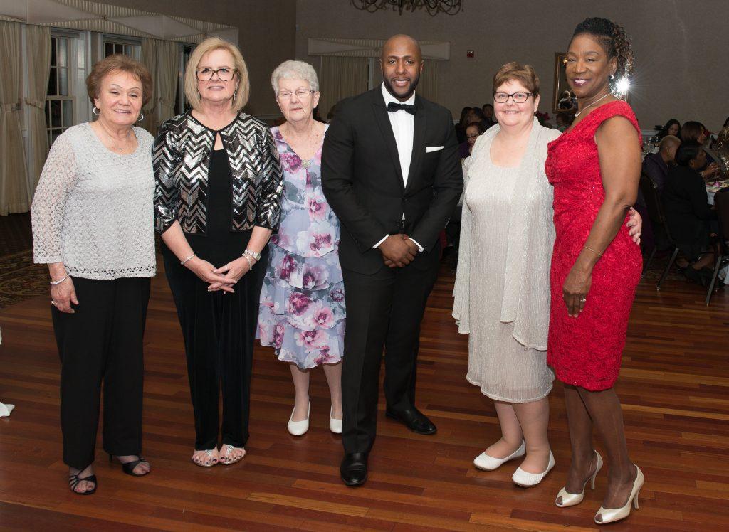 Rev. William Carter, pastor de la iglesia junto a un grupo de miembros de la iglesia en la celebración aniversaria. Foto cortesía de la Conferencia Anual extendida de Nueva Jersey.