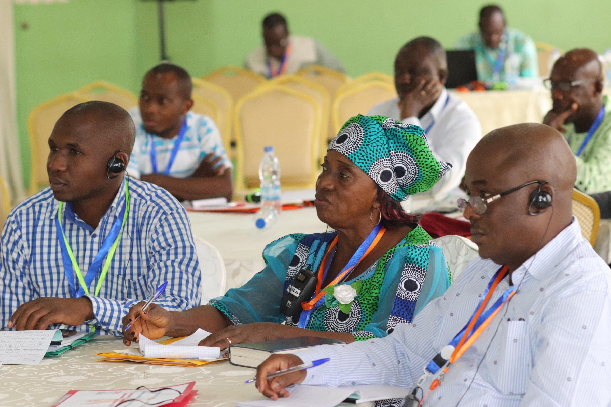 Les participants internationaux écoutent une présentation lors du sommet de l'Eglise Méthodiste Unie sur la lutte contre le VIH / SIDA à Abidjan, en Côte d'Ivoire. (A partir de la gauche), Augustin Bahati, communicateur et membre du conseil de santé de la Conférence provisoire du Rwanda, Pauline Roberts, conseillère en VIH/SIDA et coordinatrice de la Conférence du Libéria, et Dr. Madaki Micah Musa, président du conseil de santé de la Conférence du Nigéria. Photo de Isaac Broune, UMNS.