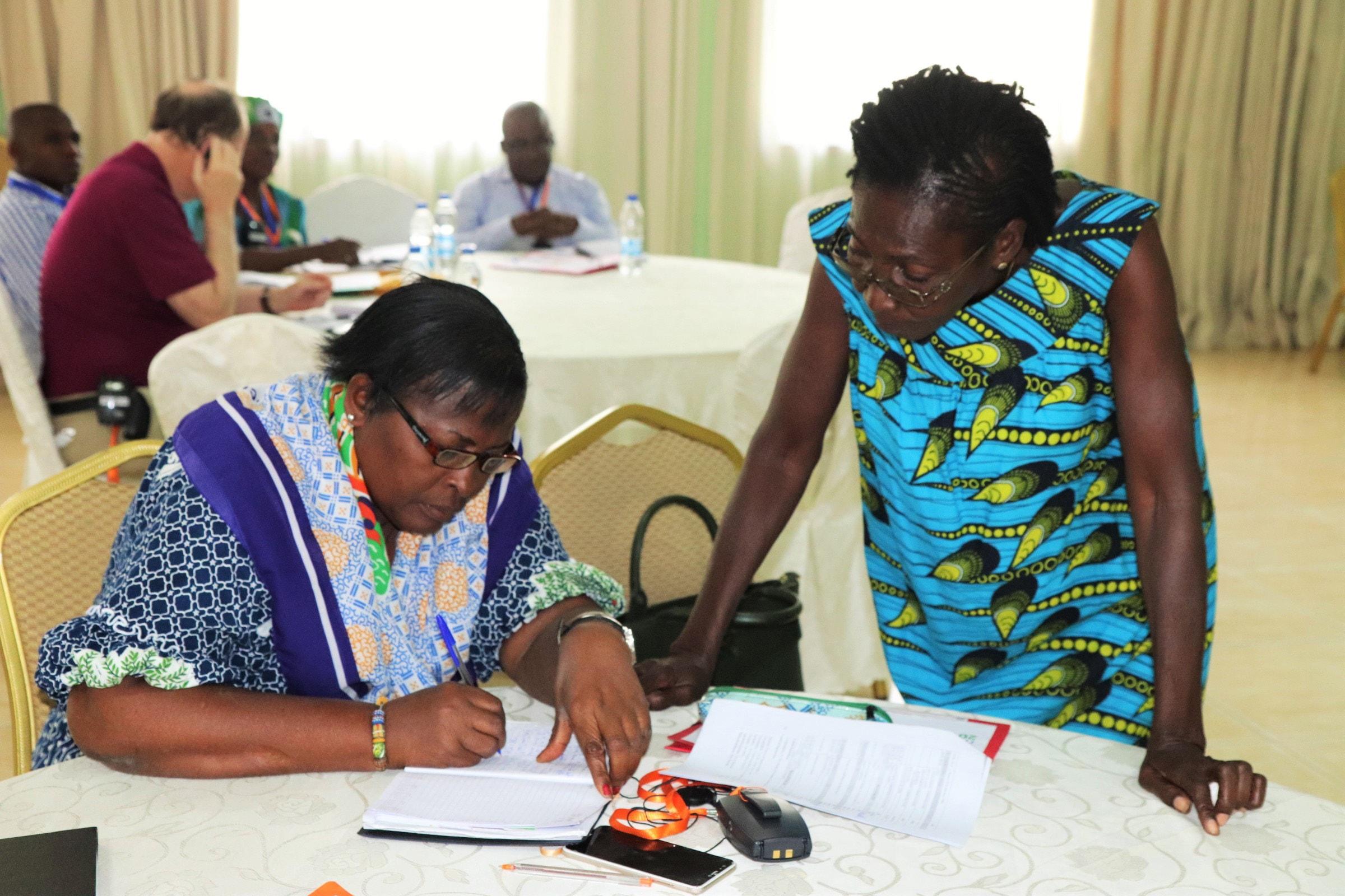Jeanne Samecken (à gauche), membre du conseil de santé de Côte d'Ivoire, avec Maman Dorothée Kongo, qui a parlé au sommet de l'isolement qu'elle a subi après avoir révélé sa séropositivité. Aujourd'hui leader d'église évangélique, elle témoigne ouvertement de la discrimination à l'égard des personnes vivant avec le VIH/SIDA. Photo de Isaac Broune, UMNS.