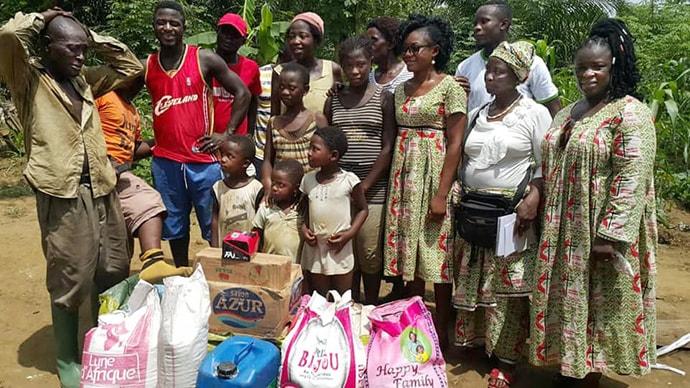 L'Association des Femmes Méthodistes Unies du Cameroun a offert des denrées alimentaires et des articles ménagers aux personnes déplacées internes, principalement des femmes et des enfants, vivant en brousse dans la région du Sud-Ouest du pays. Photo de Collette Ndobe, UM News.