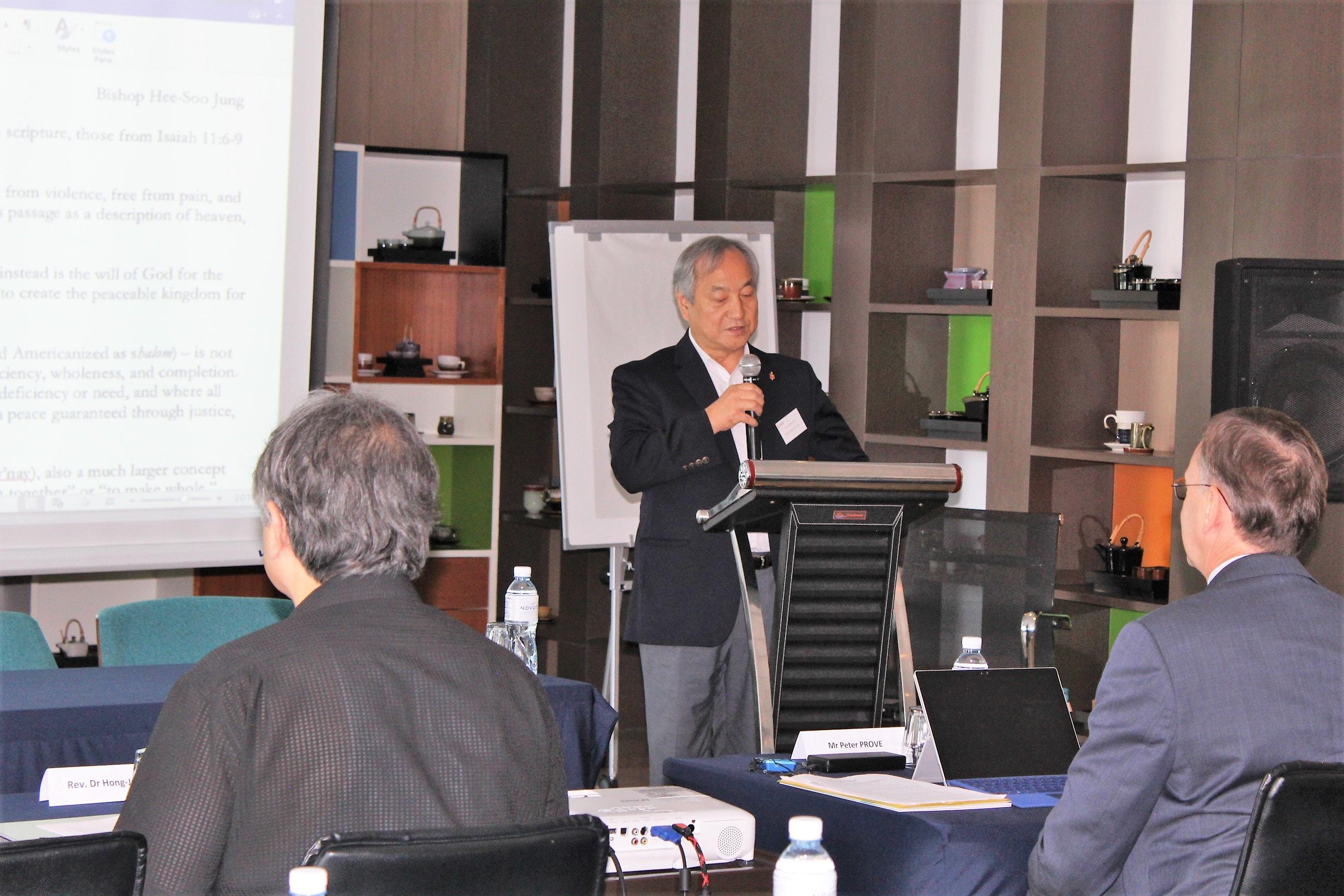 지난 7월 10-12일 방콕에서 열린 한반도포럼에서 정희수 감독(미 위스콘신연회)이   성서에 기초한 한반도 평화에 대하여 발표하고 있는 모습. 사진 제공, 한국기독교교회협의회(NCCK).