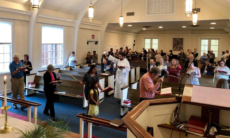Servicio del Domingo de Ramos en el santuario de la Iglesia Metodista Unida Memorial Wesley con el Rev. Isaac Collins, al centro. Foto: Cortesía de de la Iglesia Metodista Unida Memorial Wesley.