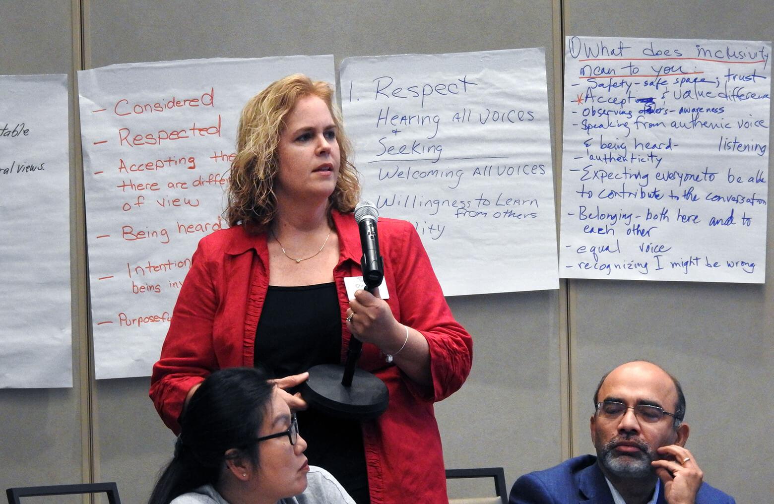 7월 18일, 댈러스에서 열린 총회재무행정협의회에서 크리스틴 도슨이 질문하고 있다. 사진, 샘 하지스, 연합감리교회 뉴스.