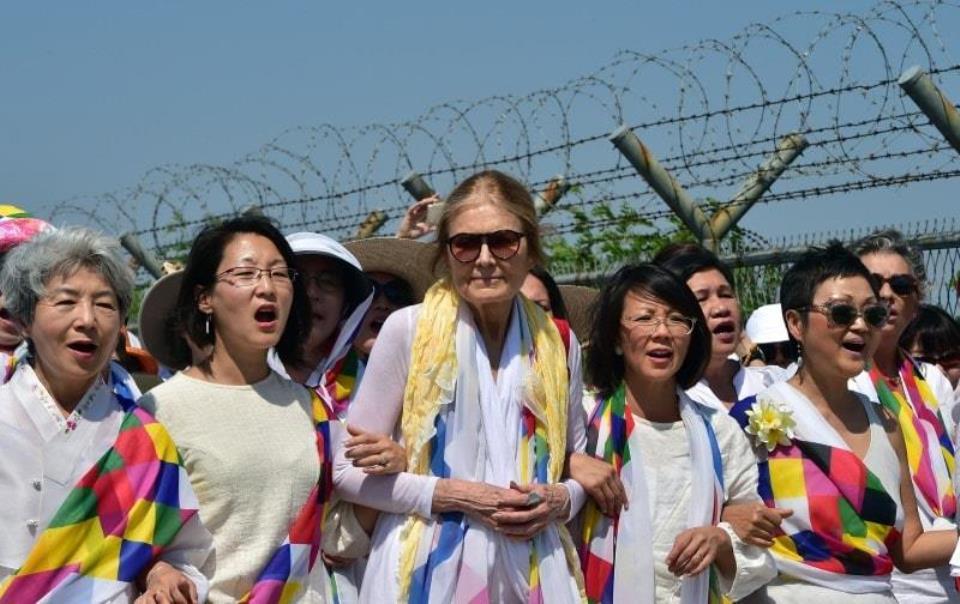 비무장지대를 행진하는 <비무장지대를 건너는 여성들>. 사무총장 크리스틴 안(왼쪽부터 네 번째), 사진 출처, Facebook CODEPINK.