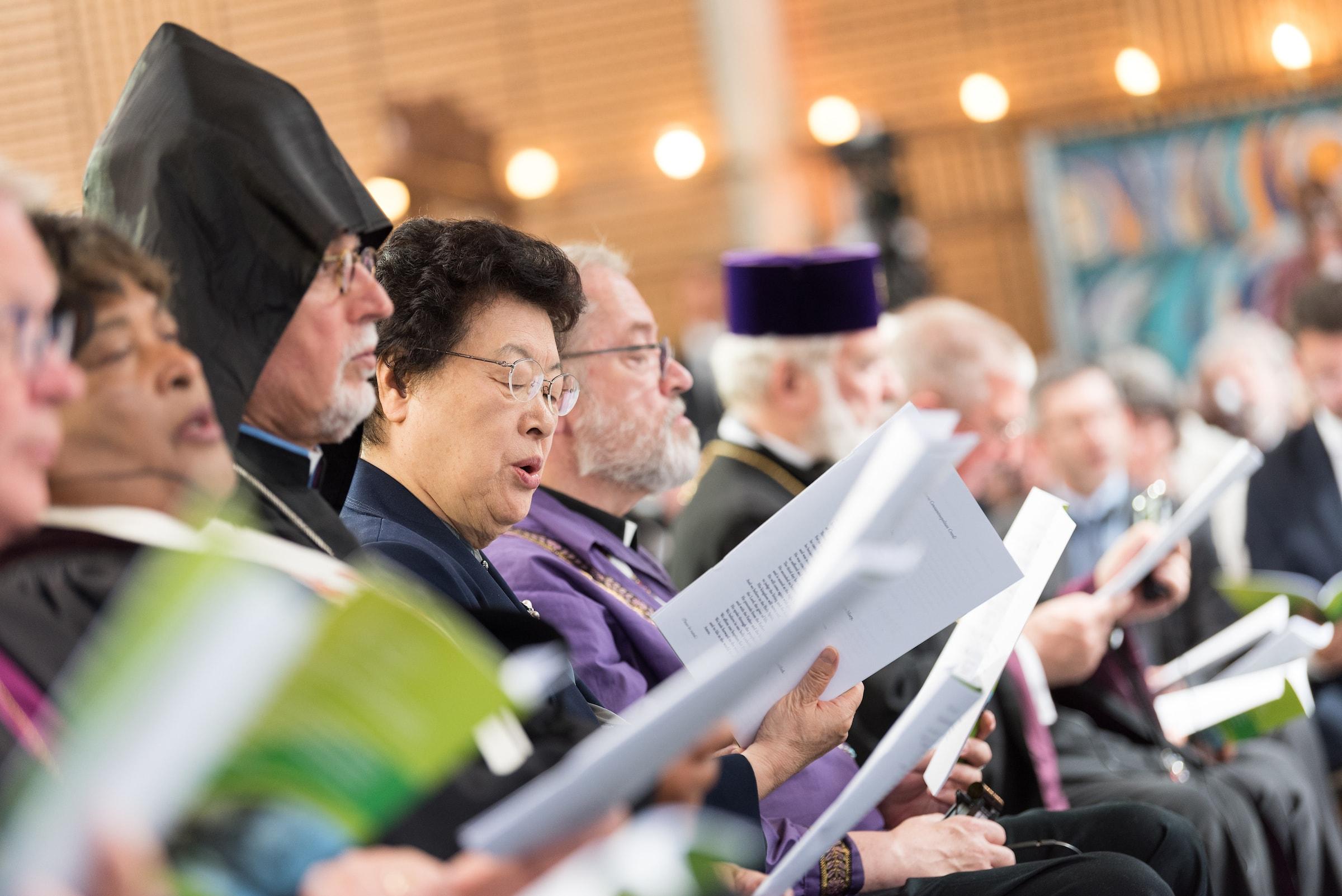 제네바 에큐메니컬 센터에서 예배드리는 장상 목사와 중앙위원회 위원들. 사진, 앨빈 힐러트(Albin Hillert), WCC.