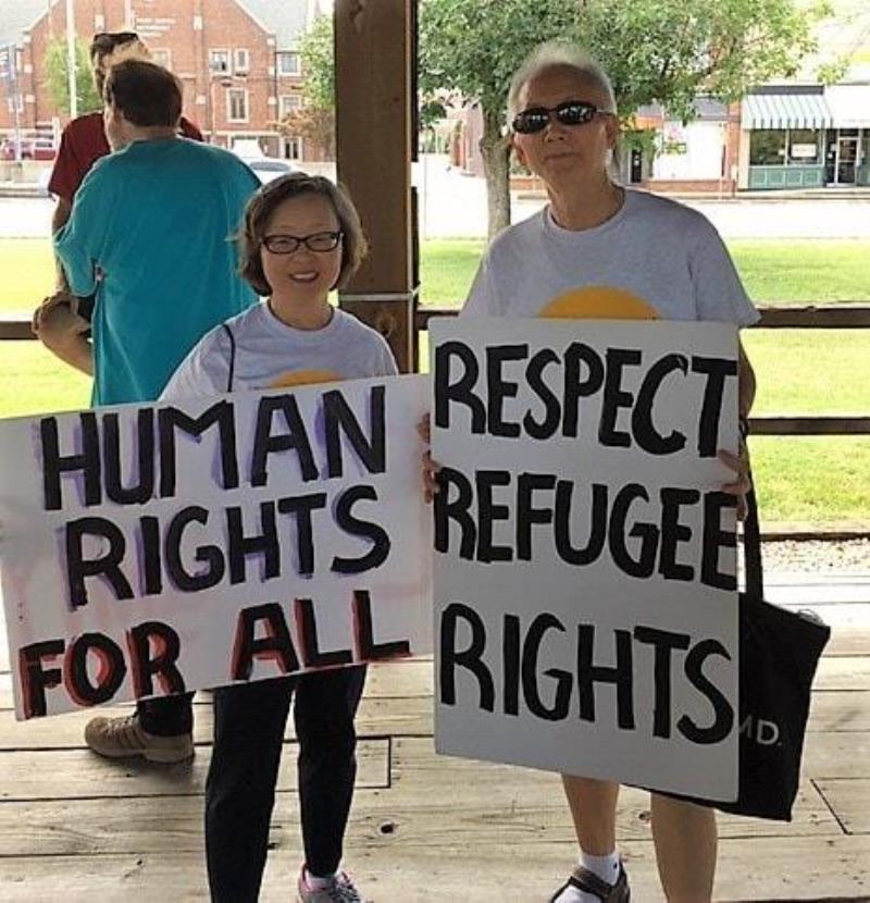 황인숙 목사와 황봉철 목사 부부가 인종차별과 이민자 차별을 반대하고, 구금된 서류미비자들과 연대하는 <카본데일 여리고 행진>에 참여하고 있다. 사진 제공, Barb Dunlap-Berg.