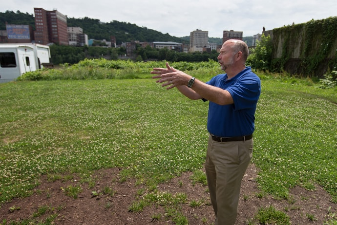 The Rev. Mike Linger describes plans to expand House of the Carpenter into a vacant lot next door to the present facility in Wheeling, W.Va. House of the Carpenter is a mission project of The United Methodist Church's West Virginia Conference that advocates for helping offenders re-enter the community. Photo by Mike DuBose, UM News.