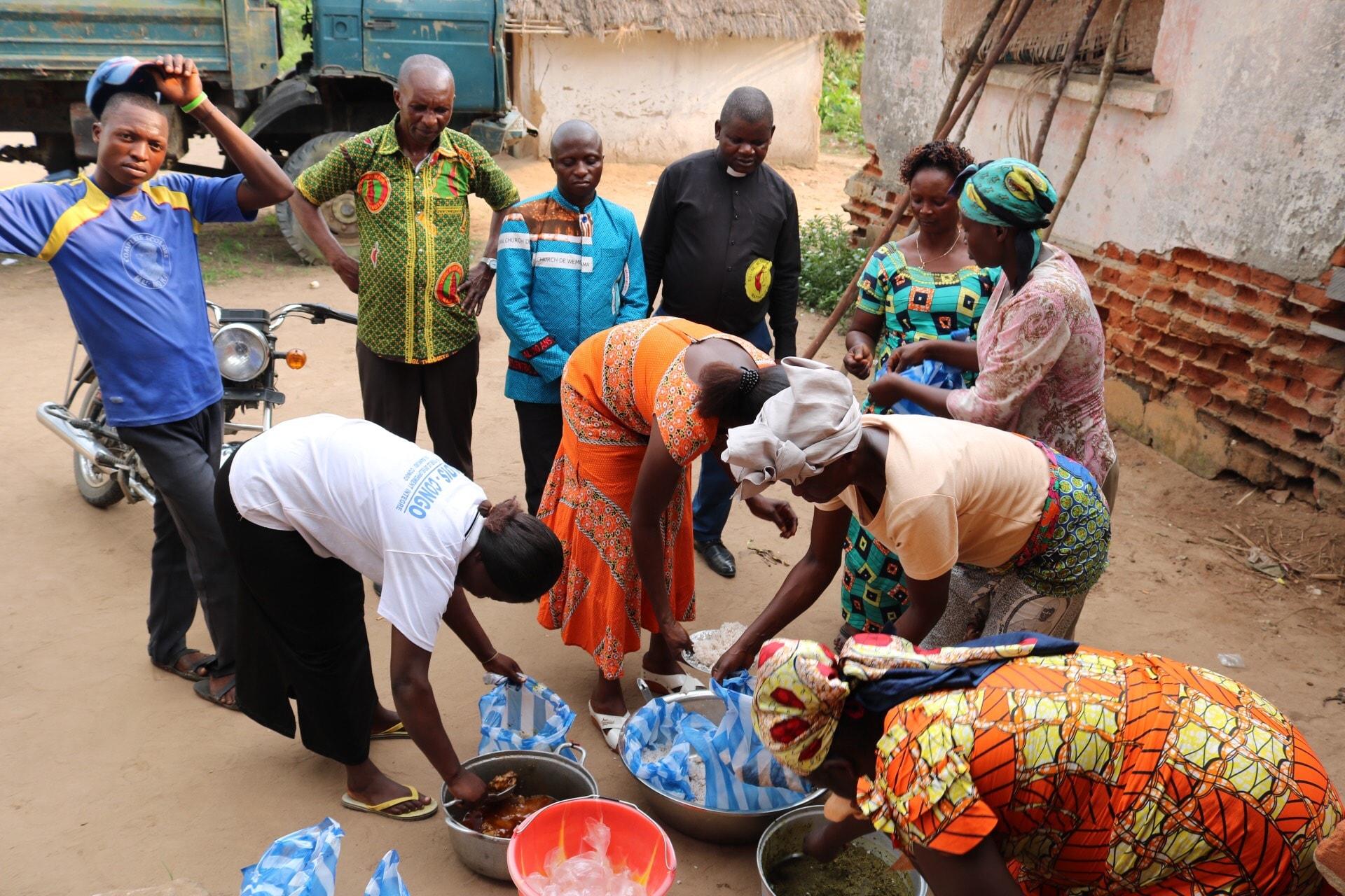 Les femmes de l'Église Méthodiste Unie de Lodja se préparent à distribuer de la nourriture aux pensionnaires de la Prison Centrale de Lodja. Photo de François Omanyondo, UM News.
