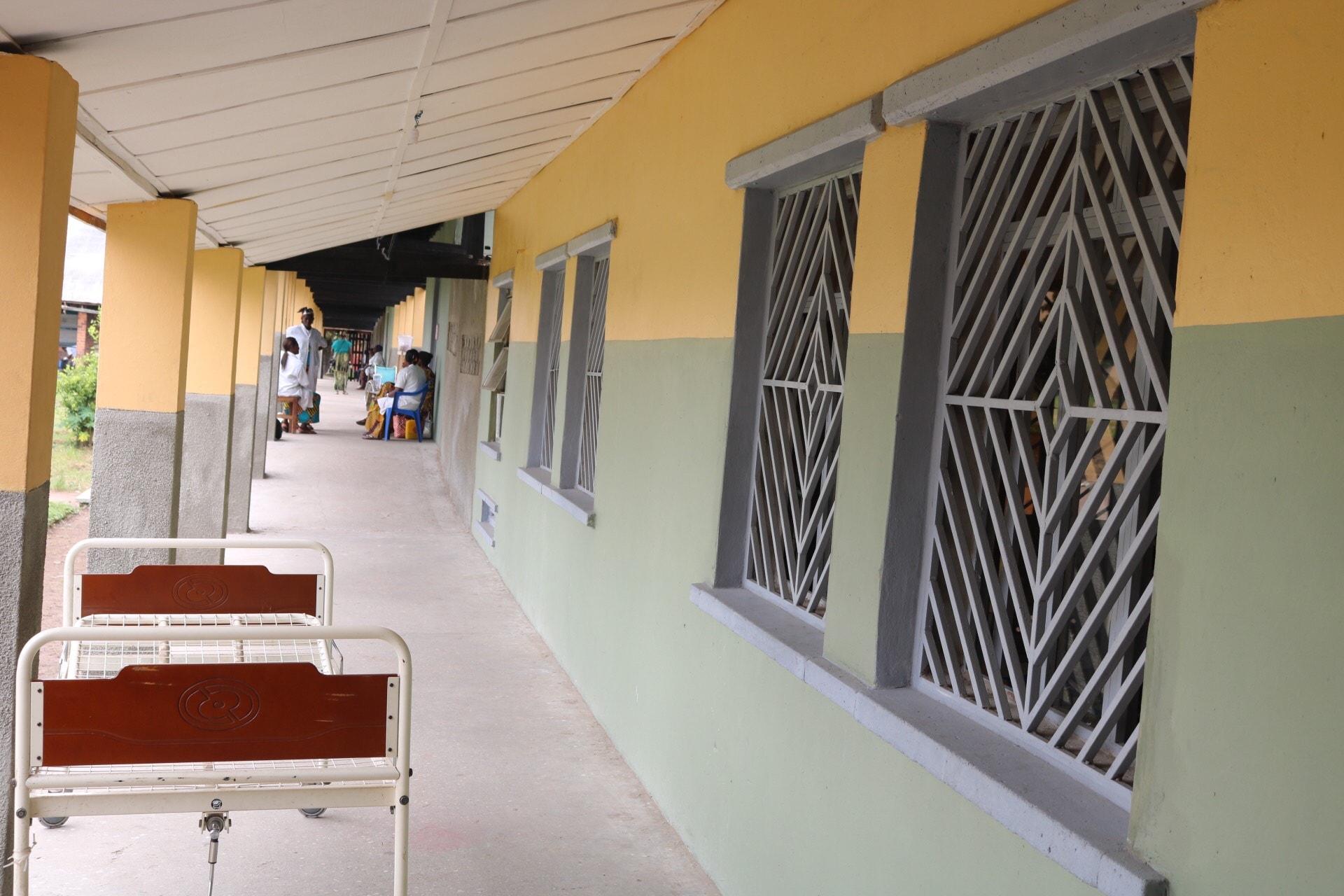 La vue d'une partie du bâtiment de l'hôpital réhabilité. L'Hôpital Général de référence Wembo-Nyama, construit en 1957 par les premiers Missionnaires Nyama n'a jamais bénéficié d'un entretien profond. Photo de François Omanyondo, UM News.