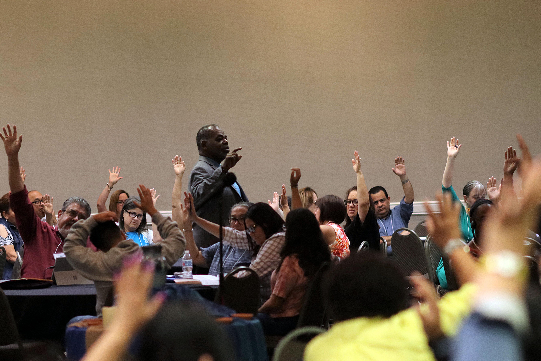Al final de cada asamblea los miembros de MARCHA someten a votación, propuestas para las conferencias generales, cambios legislativos internos, declaraciones conjuntas y acciones colectivas como caucus. La foto muestra el momento en que una de las propuestas es sometida a votación en la asamblea plenaria. Foto: Michelle Maldonado, UMCOM.