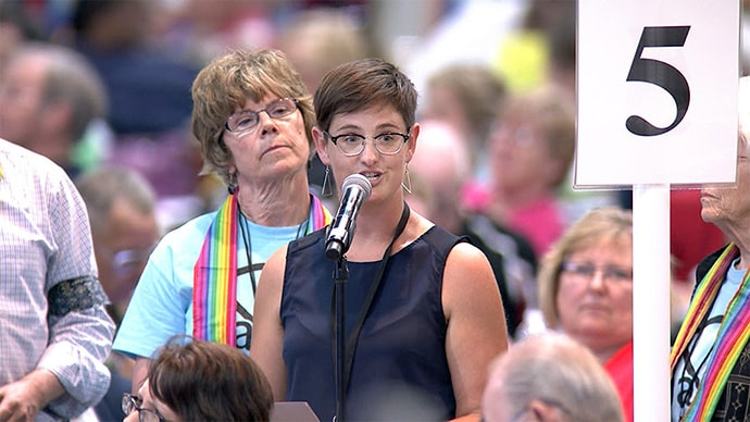 """La Revda. Anna Blaedel (en el micrófono) habla durante la Conferencia Anual de Iowa en junio de 2016. Blaedel enfrenta un juicio en la iglesia luego de ser acusada bajo la prohibición de la ordenación de una """"homosexual practicante autodeclarada"""". Foto de archivo por Arthur McClanahan, Conferencia de Iowa."""