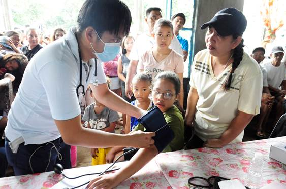 In celebration of National Indigenous Peoples Day in the Philippines, Knox United Methodist Church provided medical attention and supplies to the Aetas, indigenous peoples who live in isolated mountainous parts of Luzon. Photo by Gladys P. Mangiduyos, UM News.