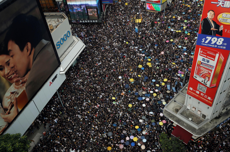 Manifestantes contra la extradición a China, marchan para pedir reformas democráticas, en Hong Kong. Foto cortesía de Tyrone Siu , Agencia Reuters.
