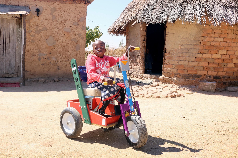 Portia Kasuso, de 11 años, prueba su nueva silla de ruedas con pedales manuales durante un servicio de reactivación metodista unida en Murewa, Zimbabue. El regalo de la silla de ruedas fue facilitado por la conferencia de Zimbabue Oeste, a la que pertenece la iglesia. Foto por el Rev. Taurai Emmanuel Maforo, Noticias MU.
