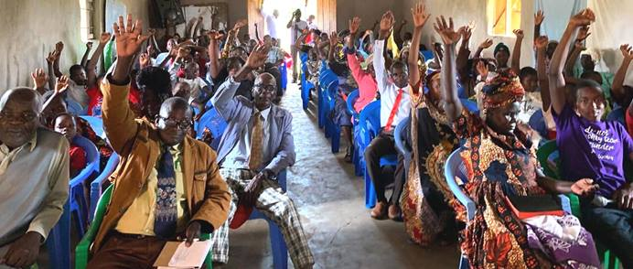 La congregación de la Primera Iglesia Metodista Unida Moheto en el suroeste de Kenia vota a favor de convertirse en una comunidad de reconciliación. Con la votación del 1 de septiembre, la congregación anunció sus intenciones de apoyar la igualdad de las personas LGBTQ en la vida de la iglesia. Foto cortesía de la Primera Iglesia Metodista Unida Moheto.