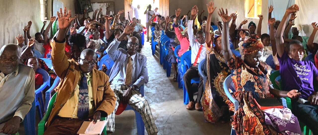 A congregação da Primeira Igreja Metodista Unida de Moheto, no sudoeste do Quênia, vota para se reconciliar. Com a votação de 1º de setembro, a congregação anunciou suas intenções de apoiar a igualdade das pessoas LGBT na vida da igreja. Foto cortesia da Primeira Igreja Metodista Unida Moheto.