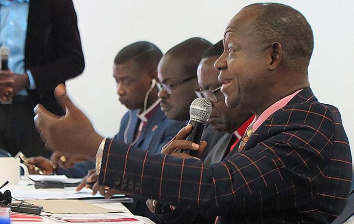짐바브웨 무타레에서 열린 아프리카 지역감독회에서 시에라리온의 존 케이 얌바수 감독이 발언하고 있다. 아프리카 감독들은 2020년 총회 후에도 아프리카에서는 연합감리교회가 계속될 것이라는 성명을 발표했다. 사진 팀 탠튼, 연합감리교뉴스.