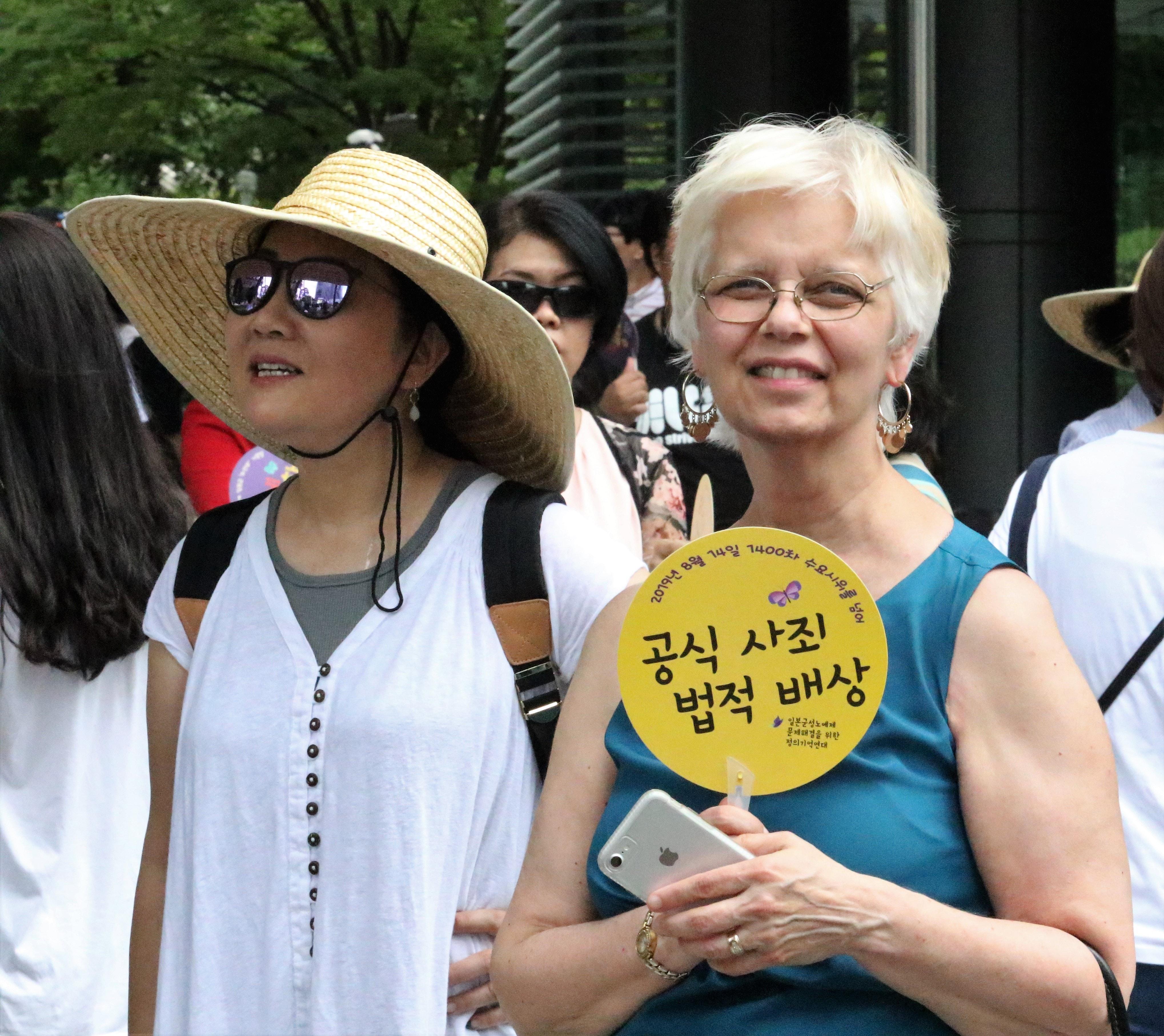 아프리카와 아시아 여성 신학자 컨퍼런스에 참석한 사람들은  8월 14일 일본 대사관 앞에서 열린 일본 제국주의의 한국 강점기에 일본에 의해 위안부로 끌려가 성노예로 희생당한 여성들을 기억하며 연대하는 1,400차 시위 및 제7차 세계일본군위안부기림일 행사에 참석했다. 사진 김응선 목사, 연합감리교뉴스.)