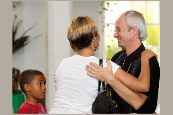 El Rev. Shawn Moses (derecha) de la Primera Iglesia Metodista Unida Grace en Nueva Orleans, le da la bienvenida a una nueva familia que se une a la iglesia. Foto por Kathy L. Gilbert, Noticias MU.