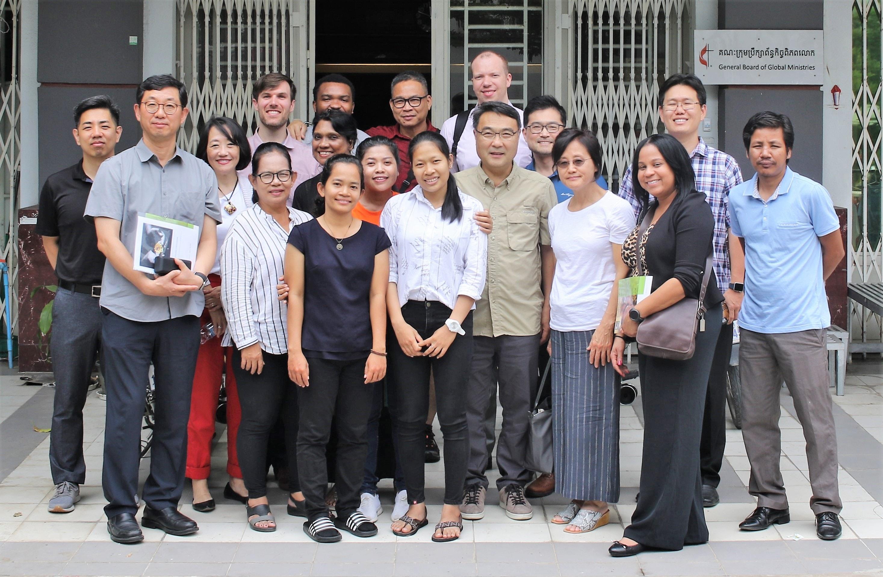 캄보디아에서의 인신매매 대책을 강구하기 위해 캄보디아를 방문 중인 선교단이 세계선교부 캄보디아 사무실에서 캄보디아의 현실에 대한 강의를 받고 나서는 모습. 사진 김응선 목사, 연합감리교뉴스(UM News).