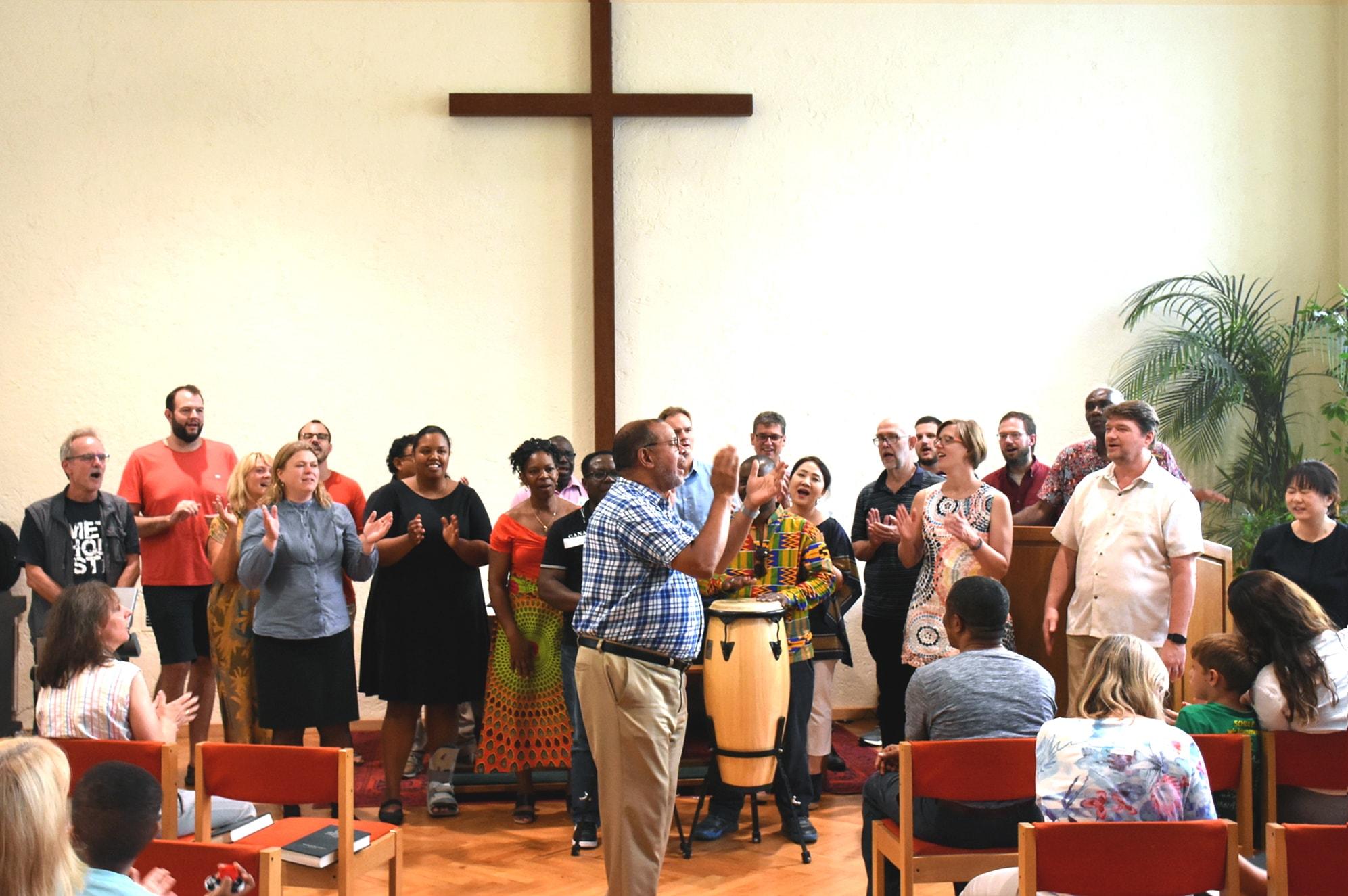 Los/as participantes cantan durante el servicio de adoración en un proyecto piloto de la Junta General de Ministerios Globales (GBGM por sus siglas en inglés), destinado a capacitar pastores/as y laicos/as que lideran congregaciones afectadas por la migración. La sesión se llevó a cabo del 22 al 30 de agosto en el Centro Educativo y de Formación de la Iglesia Metodista Unida en Stuttgart, Alemania. Foto por Üllas Tankler, GBGM.