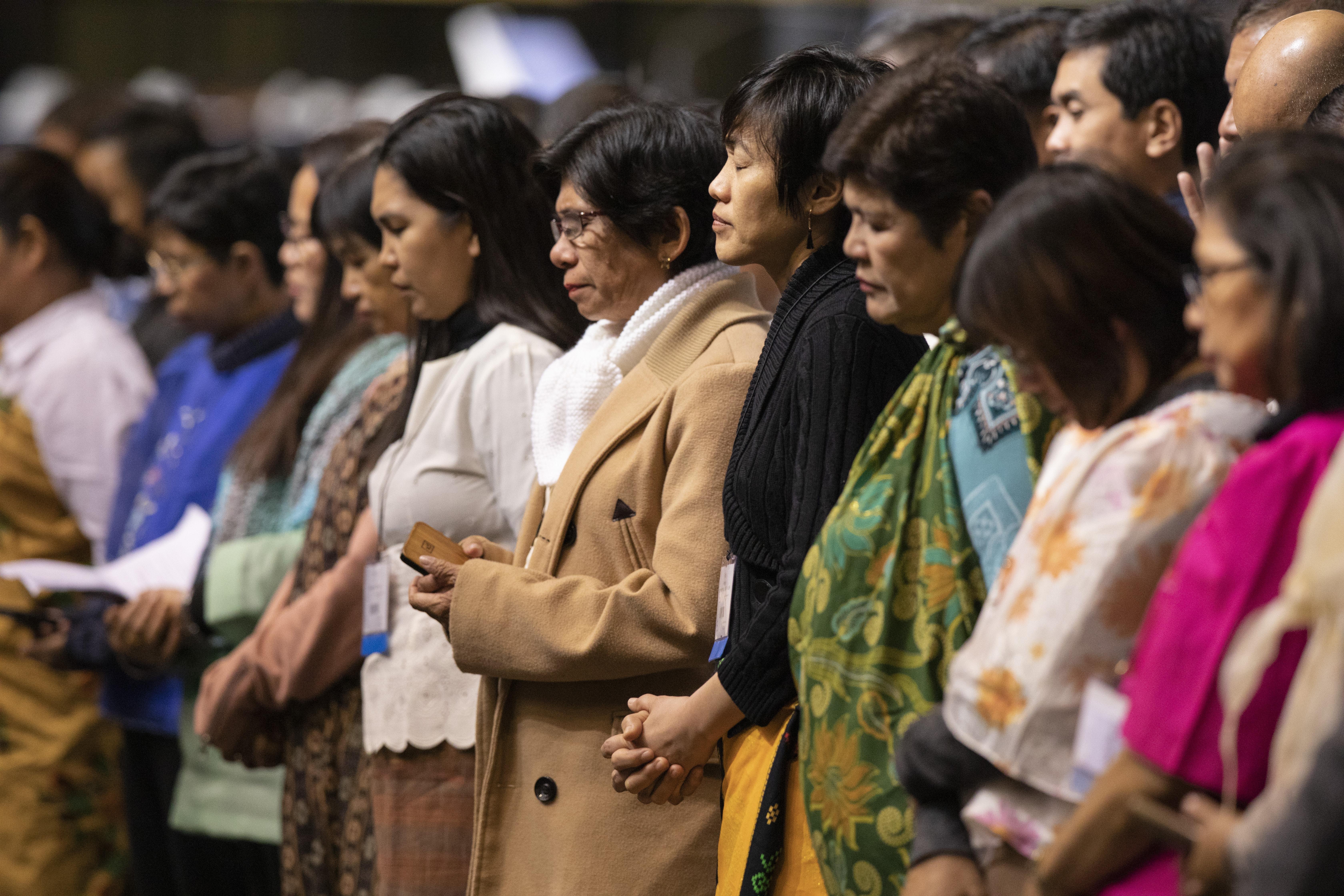 세인트루이스에서 열린 2019년 연합감리교회 특별총회 중 '기도의 날'에 필리핀 대의원들이 머리를 숙여 기도하고 있다. 필리핀 연합감리교인들은 2020년 총회에 교단 분리를 반대하고, 교단 일치를 촉구하는 입법안을 제출했다. 사진, 캣 배리, 연합감리교뉴스.