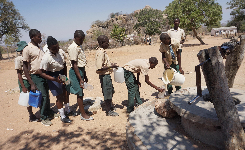 Pénurie d'eau au cours secondaire Chapanduka, une école Méthodiste Unie de Buhera (Zimbabwe). Les élèves passent souvent les heures de cours en rang dehors afin de remplir des seaux d'eau. Photo de Kudzai Chingwe, UM News.