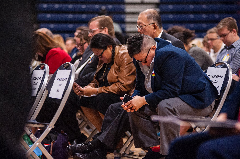 2019년 10월 26일, 제시카 윈더위들 목사(오른쪽)가 뉴저지주 미들타운에 위치한 브룩데일커뮤니티 대학에서 열린 특별연회에서 대뉴저지 연회 전진위원회 위원들과 함께 기도하고 있다. 사진 제공, 코빈 페인.