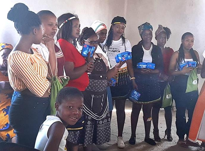 Des jeunes filles du village de Notazana, dans la province du Cap-Oriental en Afrique du Sud, reçoivent un don de serviettes hygiéniques de l'Association des Jeunesses Méthodistes Unies. Photo de Nandipha Mkwalo, UM News.