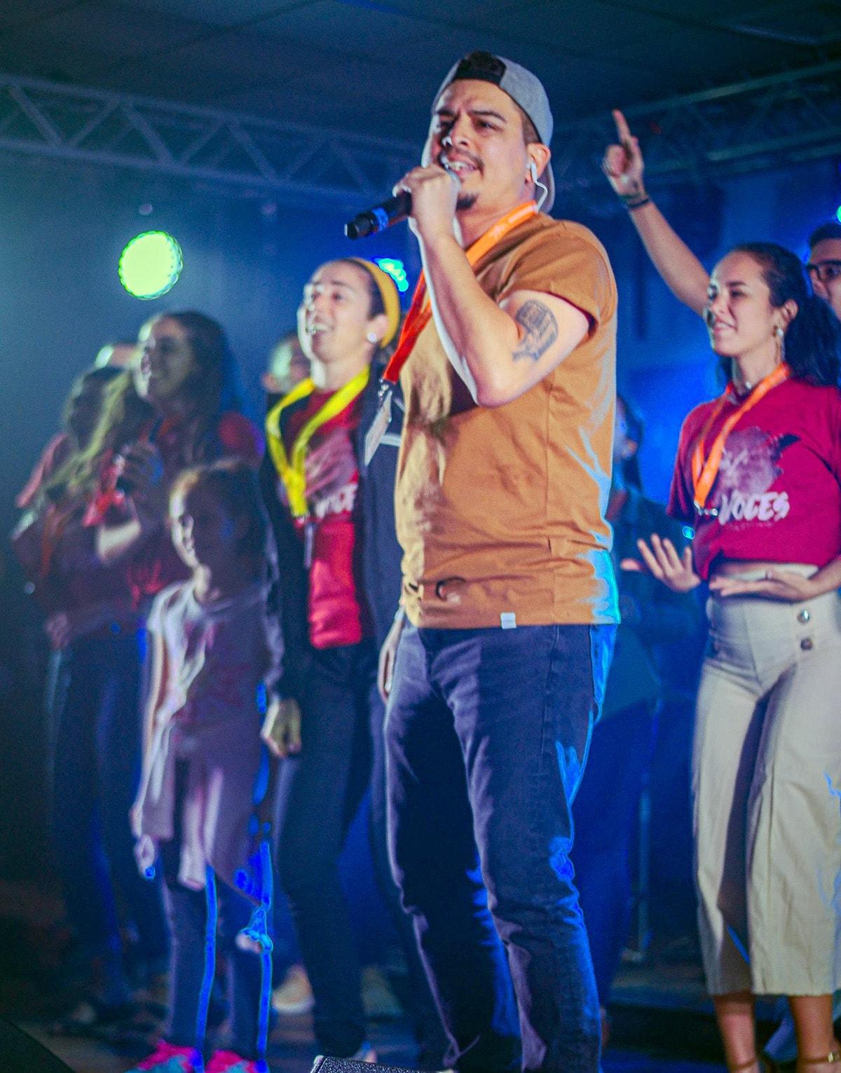 Lester Guevara, da banda de louvor Save Our Souls, lidera a Ressurreição fiel cantando uma nova música para o evento de 11 a 13 de outubro. Foto de Daniel Sandi, cortesia da Conferência Anual de Holston.