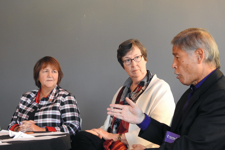 """El Obispo Grant J. Hagiya (derecha) responde preguntas durante una conferencia de prensa en Lago Junaluska, Carolina del Norte, después del anuncio de que los/as cinco obispos/as activos/as de la Jurisdicción Oeste de la denominación, han prometido """"proteger la participación plena"""" de las personas LGBTQ+ en la vida de la Iglesia. Se le unen las obispas Karen P. Oliveto (izquierda) y Elaine J. W. Stanovsky. Foto por Sam Hodges, Noticias MU."""