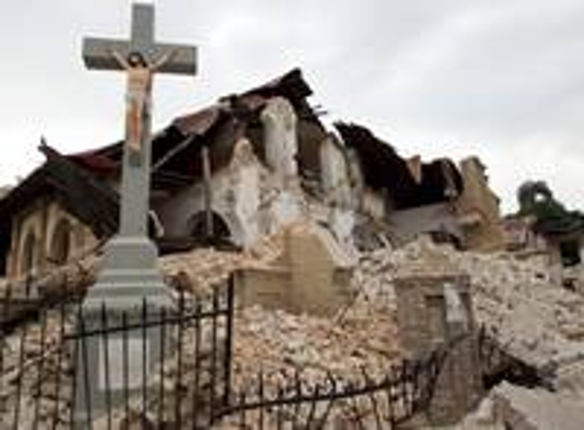 2010년 지진 이후 아이티의 포르토프랭스에 있는 세이크리드하트가톨릭 교회 잔해 사이에 십자가가 서 있다. 아이티는 2021년 8월 14일 발생한 또 다른 지진으로 고통받고 있다. 사진: 마이크 두보스, 연합감리교뉴스.