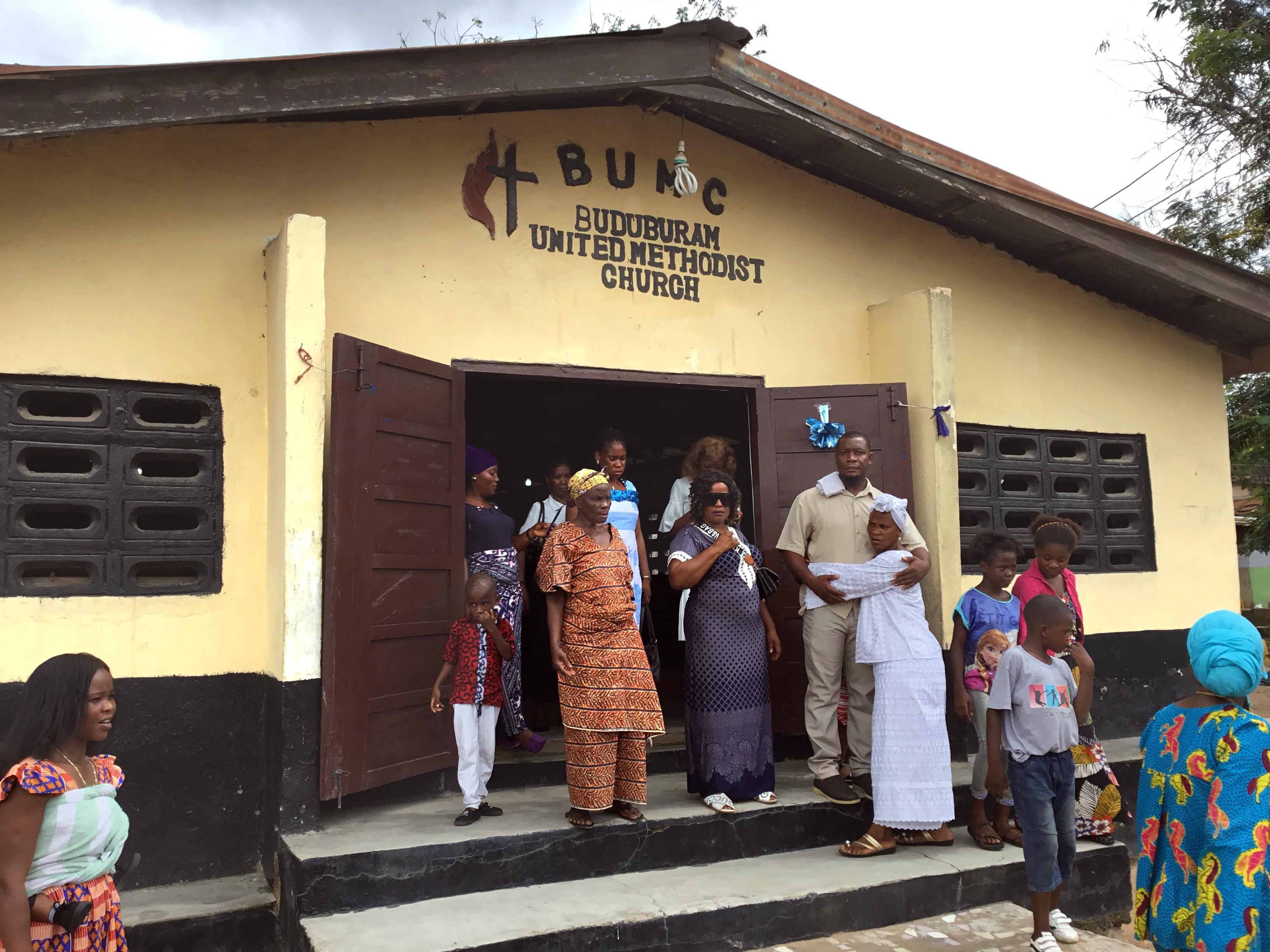 Des membres de l'eglise Méthodiste Unie de Buduburam (Ghana ») à la sortie du culte le 3 novembre. Le pasteur de l'église, le Révérend James Y. Kaifunbah, demande le soutien de la Conférence du Libéria et de l'Église Méthodiste Unie mondiale pour aider à sauver la petite paroisse. Photo de E Julu Swen, UM News.