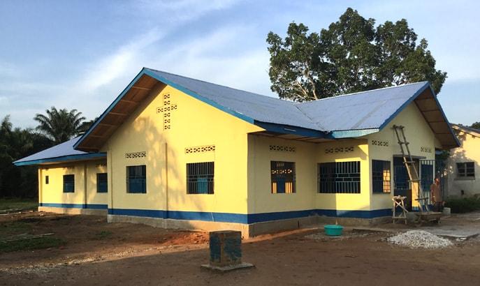 Une vue extérieure de la maternité de Diengenga dans la Conférence Annuelle du Congo Central. L'Eglise Méthodiste Unie a construit et équipé des maternités pour permettre aux femmes d'accoucher dans des meilleures conditions. Photo de François Omanyondo Djonga, UMNS.