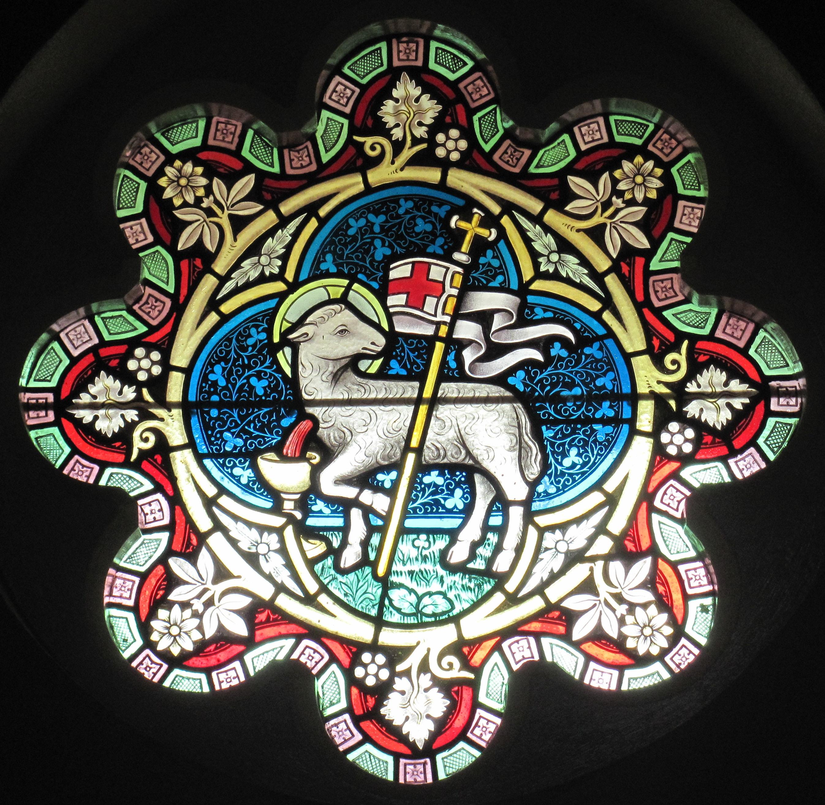 사진 영국 하이랜즈 칼리지의 스테인드글라스 (Stained-glass windows in Jersey Highlands College, Jersey, UK.)  출처, https://commons.wikimedia.org/wiki/File:Stained_glass_Highlands_Jersey_2013_5.jpg