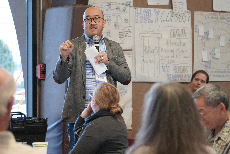 El Rev. Joe Kim de la Iglesia Metodista Unida de Bothell, Washington, presenta el concepto de su mesa de trabajo para que un equipo visionario tome ideas de la cumbre y presente un informe a la Jurisdicción Occidental de 2020. Foto por Charmaine Robledo.