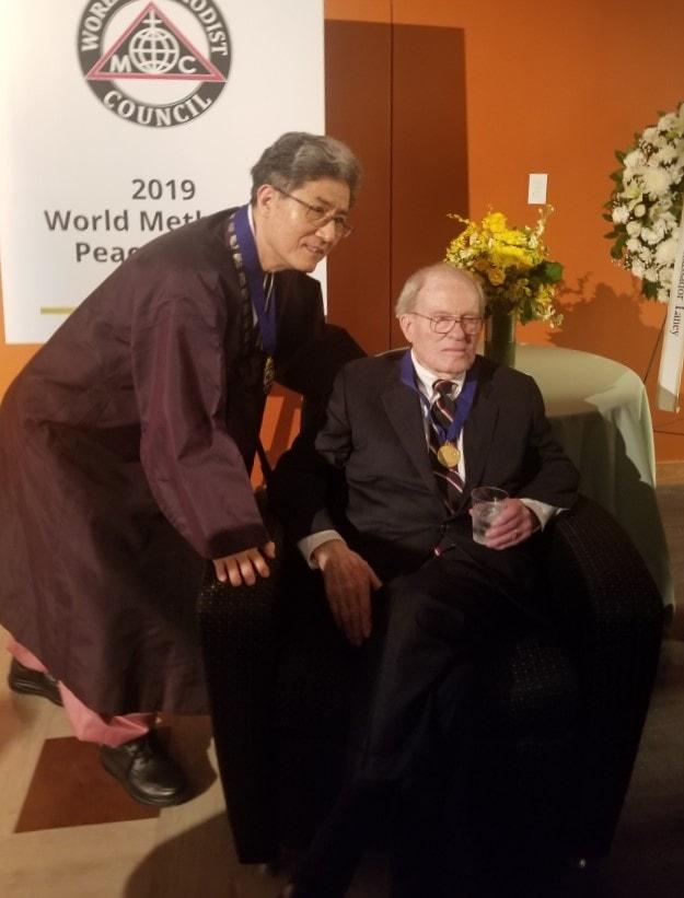박종천 세계감리교협의회 회장이 은사인 제임스 레이니 대사와 함께했다. 사진 제공, 이승필 목사.