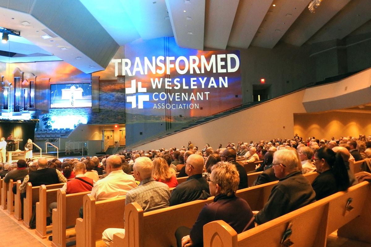 """A Wesleyan Covenant Association (Associação do Pacto Wesleyano) publicou o primeiro rascunho do """"Projeto de Livro de Doutrinas e Disciplinas para uma Nova Igreja Metodista"""". O documento, um livro de regras para uma proposta de cisão da Igreja Metodista Unida, foi apresentado em 9 de novembro na Asbury United, Igreja Metodista em Tulsa, Oklahoma, durante o encontro global da associação.Foto de Sam Hodges, Notícias da MU."""