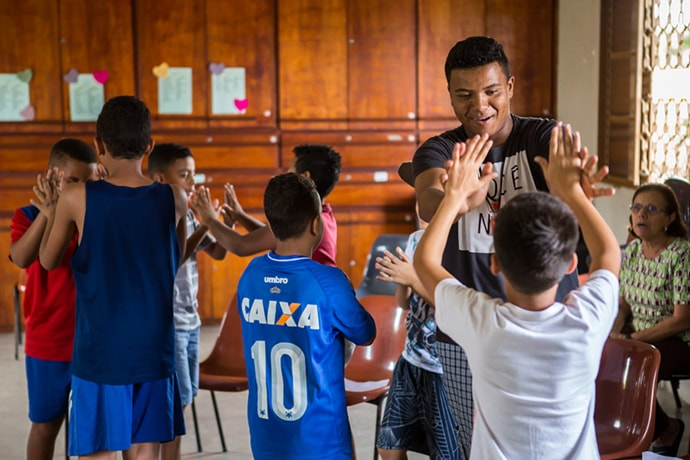 Vinicius Guimarães dos Santos, an educator with Shade and Fresh Water, an after-school ministry of the Methodist Church of Brazil, plays a game with some of the students at the Liberdade site in Brazil. The ministry is among many over the years receiving small grants through the Encounter with Christ in Latin America and the Caribbean Fund. Photo by Mark Greathouse, courtesy of Global Ministries.