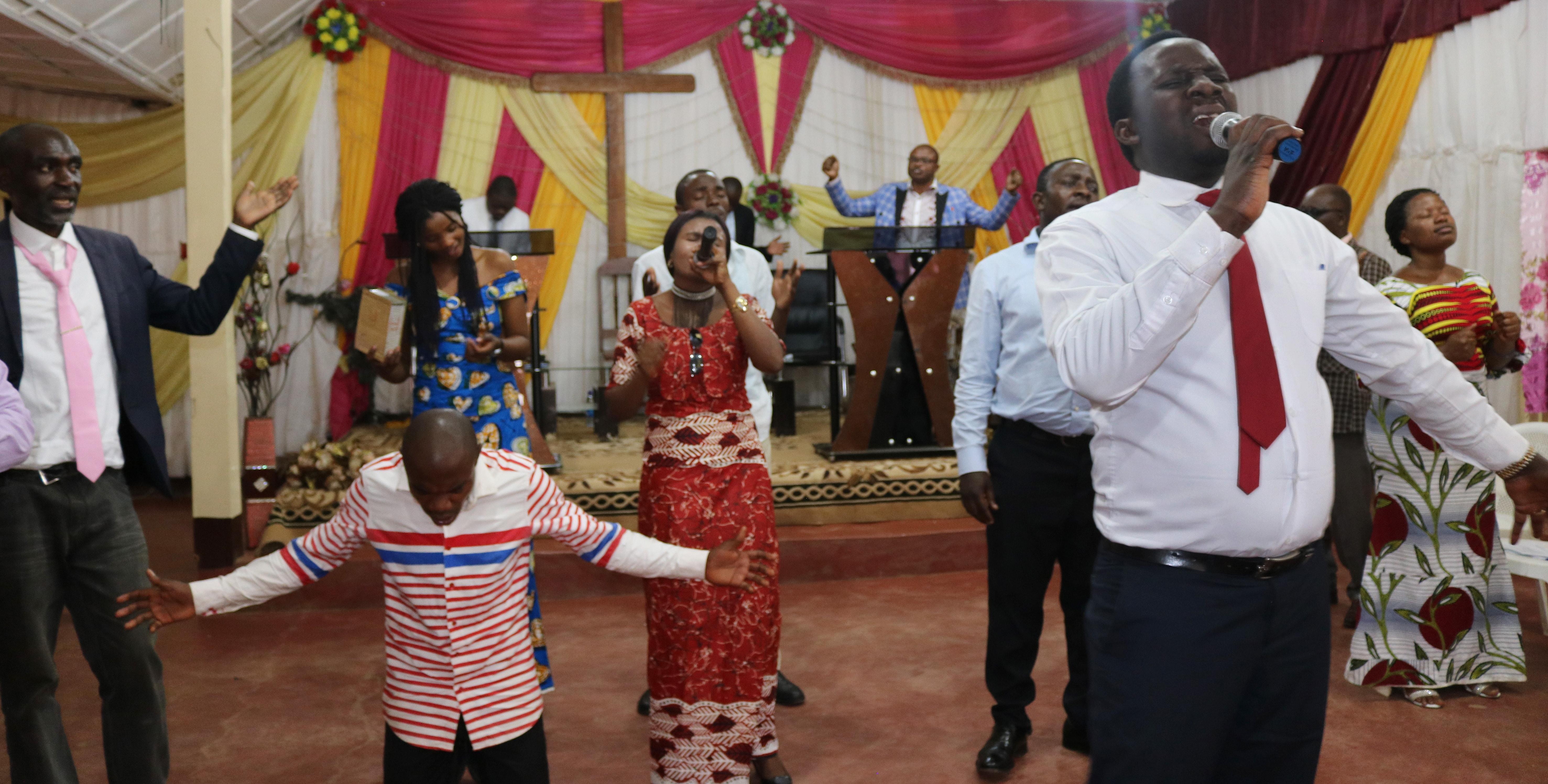 Des jeunes Congolais, y compris des Méthodistes Unis, prient pour la paix, lors d'un rassemblement œcuménique de l'Église du Christ à Bukavu (RDC). Photo de Philippe Kituka Lolonga, UM News.