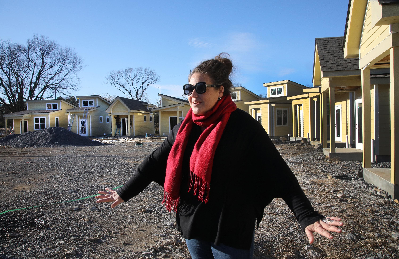A Revda. Ingrid McIntyre conta a história da comunidade de microempresas para cuidados com moradores de rua em construção na Igreja Metodista Unida de Glencliff, em Nashville, Tennessee. Foto de Kathleen Barry, Notícias MU.