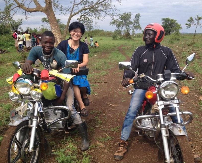 김영선 목사가 오토바이를 타고 선교지를 순회 방문하는 모습. 사진 제공, 김영선 목사.