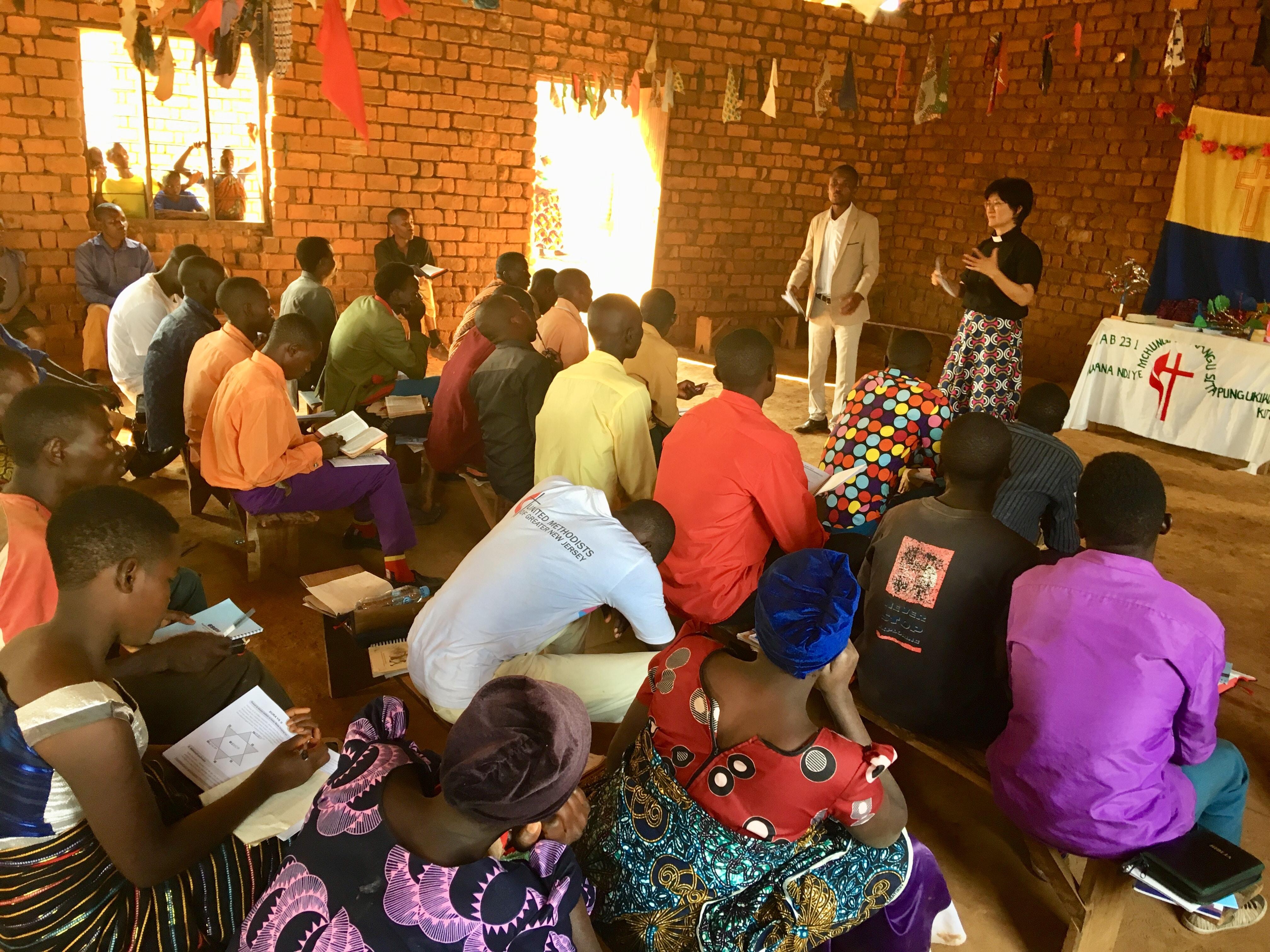 김영선 목사가 제자훈련사역의 하나인 청년 리더들을 교육하고 있는 모습. 사진 제공, 김영선 목사.