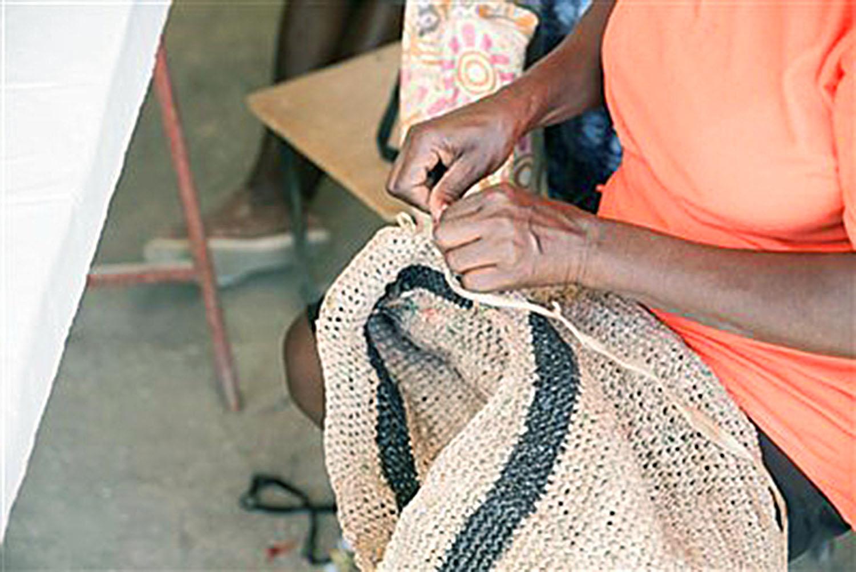 Socias elaboran mochilas tejidas al ganchillo. Foto cortesía de la Conferencia Anual de Florida.