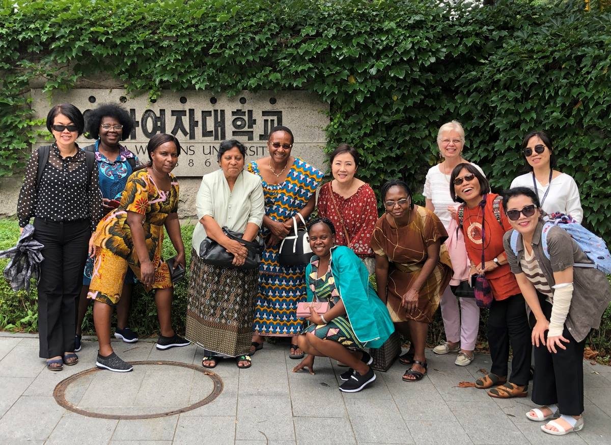 아프리카와 아시아 여성 신학자 컨퍼런스 참가자들은 서울의 이화여자대학교를 방문했다. 이 학교는 감리교 선교사인 메리 스크랜튼에 의해 1886년 설립되었다. (왼쪽부터 일레인 고, 엘비라 모이세스, 메모리 치코시, 룻 다니엘, 비유티 마엔자니스, 박희로, 마아라잇조 무탐바라, 캐시 아미스테드, 엘리자베스 타피아, 유연희. 전면 :헬레나 구이디오네, 이현주) 사진 김응선 목사, 연합감리교뉴스.